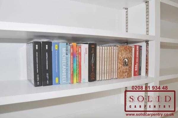 Adjustable bookcase shelves